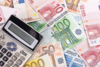 euro-banknotes-calculator-3-11294134